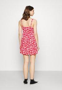 Hollister Co. - BARE DRESS - Robe en jersey - red daisy - 2
