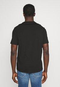 Guess - WATERLINE TEE - Print T-shirt - jet black - 2