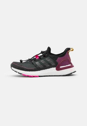 ULTRABOOST COLD.RDY PRIMEKNIT RUNNING SHOES - Neutrální běžecké boty - core black/iron metallic/power berry