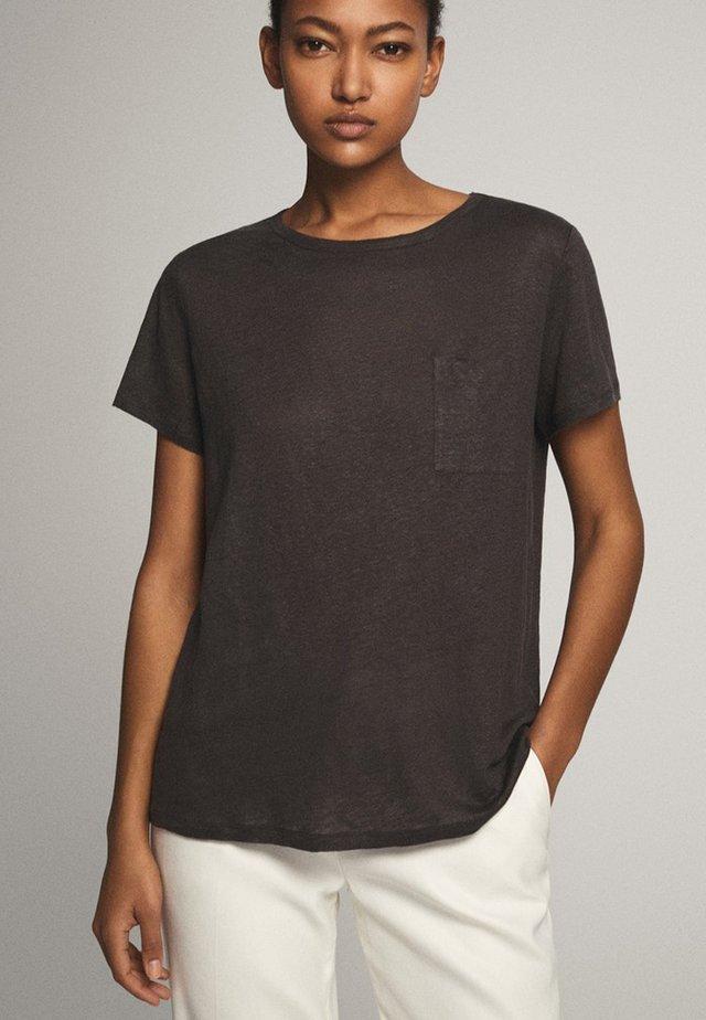 MIT TASCHE  - T-shirt basic - blue-black denim