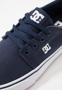 DC Shoes - TRASE - Zapatillas skate - navy/white - 5