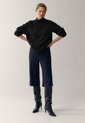 MIT STEHKRAGEN - Sweter - black