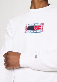 Tommy Jeans - TIMELESS CREW  UNISEX - Sweatshirt - white - 3