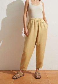 OYSHO - MIT LEINENANTEIL - Trousers - light yellow - 0