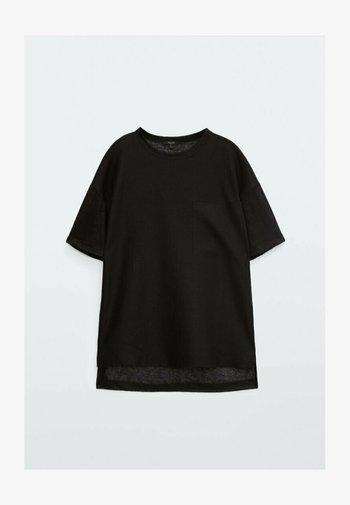MIT TASCHE  - Basic T-shirt - black
