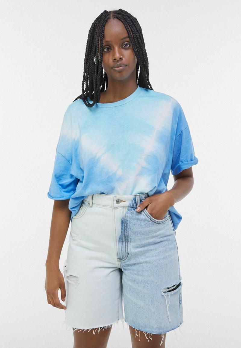 Bershka - MIT TWO-TONE UND SEITLICHEM SCHNITT  - Shorts di jeans - blue denim