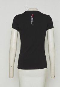 Guess - FREDA TEE - T-shirts med print - jet black - 3