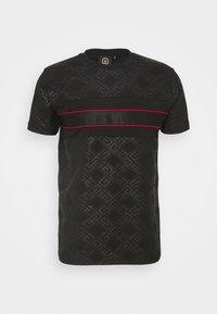 MINOS TEE - T-shirt med print - jet black/red