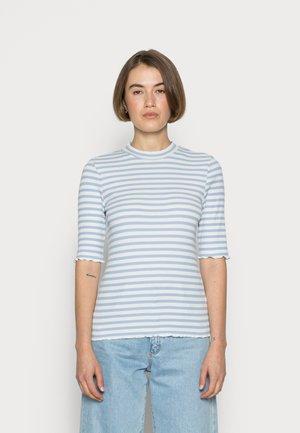 ANNA CREW NECK TEE - Print T-shirt - brunnera blue