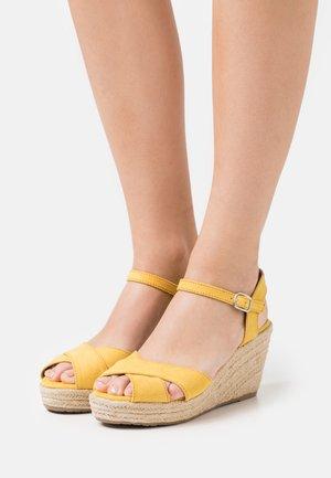 Sandály na vysokém podpatku - yellow