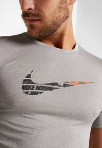 Nike Performance - TEE - T-shirt med print - grey heather - 4