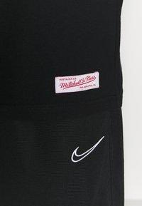 Mitchell & Ness - NBA LAST DANCE CHICAGOBULLS '96 CHAMPS TEE - T-shirt imprimé - black - 4