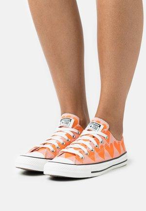 CHUCK TAYLOR ALL STAR - Trainers - pink quartz/magma orange/vintage white