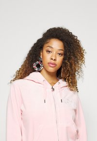 Juicy Couture - ANNIVERSARY CREST  HOODIE - Sweater met rits - almond blossom - 5
