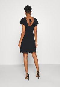 Forever New - VANESSA FLUTTER SLEEVE DRESS - Žerzejové šaty - black - 2
