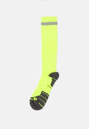 TORENT REFLECTIVE LONG COMPRESSION RUNNING SOCK UNISEX - Podkolenky - safety yellow