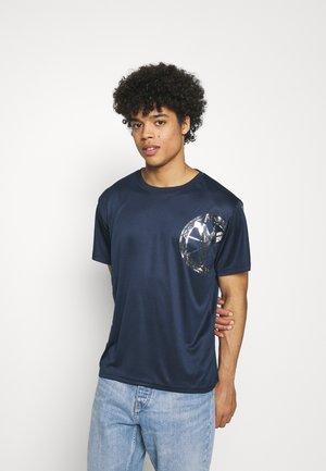 DONNAY X CARLO COLUCCI - Print T-shirt - dark blue/silver