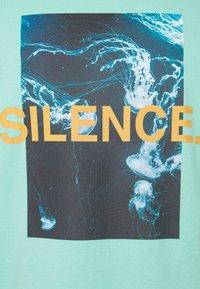 9N1M SENSE - SILENCE WAVES - T-shirt imprimé - aruba blue - 2