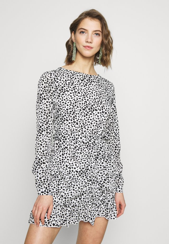 BUTTON RUCHED SIDE TEA DRESS DALMATIAN - Vapaa-ajan mekko - white