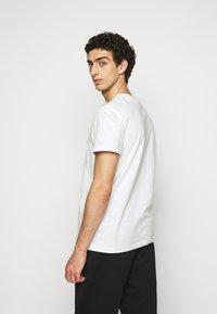 Han Kjøbenhavn - ARTWORK TEE - Print T-shirt - off-white - 2