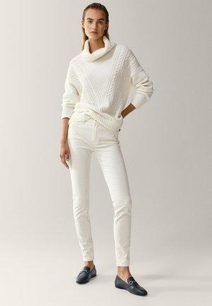 AUS MICROCORD MIT HALBHOHEM BUND - Jeansy Skinny Fit - beige