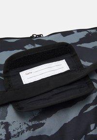 Nike Performance - DUFF UNISEX - Treningsbag - black/white - 4