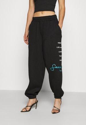 SJXMG CITY LOGO OVERSIZED JOGGERS - Pantalones deportivos - black