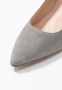 Brenda Zaro Wide Fit - WIDE FIT BENETT - Classic heels - siberia - 2