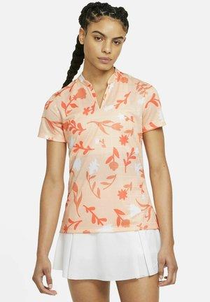 W NK BRTH SS  - Polo shirt - crimson tint/bright mango
