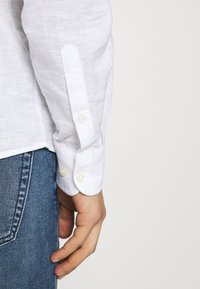 Only & Sons - ONSCAIDEN SOLID MAO - Shirt - white - 5
