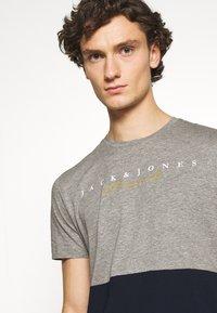 Jack & Jones - JORSTATION - T-shirt imprimé - light grey melange - 4