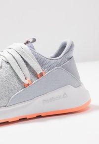 Reebok - EVER ROAD DMX 2.0 - Walking trainers - grey/white/sun glow - 5