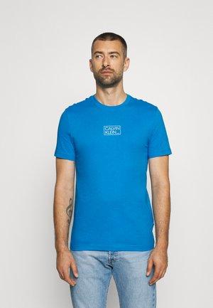 CHEST BOX LOGO - Print T-shirt - blue aster