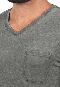 Solid - V-SHIRT THEON - Basic T-shirt - mid grey - 2