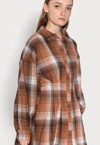 Missguided Petite - PLEATED WAIST DRESS CHECK - Shirt dress - rust - 3