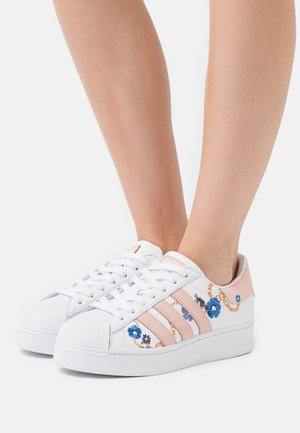 SUPERSTAR SPORTS INSPIRED SHOES - Sneakers laag - footwear white/vapour pink/yellow