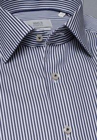 Eterna - SLIM FIT - Formal shirt - marine/weiß - 5