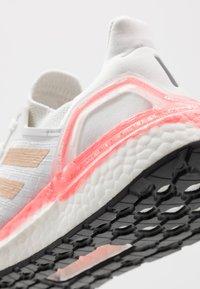 adidas Performance - ULTRABOOST 20  - Neutrální běžecké boty - crystal white/copper metallic/light flash red - 5
