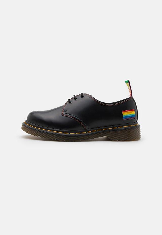 1461 PRIDE 3 EYE SHOE UNISEX - Volnočasové šněrovací boty - black