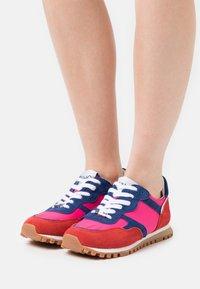 Liu Jo Jeans - Sneakersy niskie - rouge/cobalt/fuxia - 0