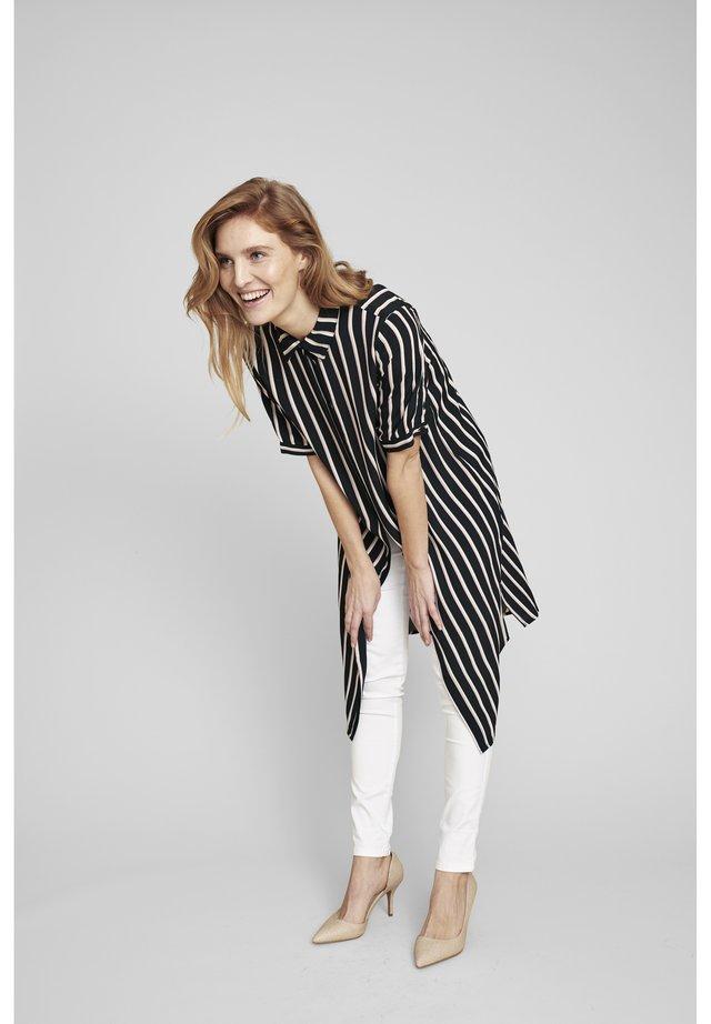 MIT MODISCHEN STREIFEN - Shirt dress - rose stripes