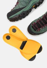 Salewa - ALP TRAINER 2 MID GTX - Zapatillas de senderismo - duck green/rhododendon - 5