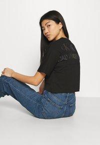 Calvin Klein Jeans - BACK REFLECTIVE LOGO TEE - T-shirts med print - black - 3