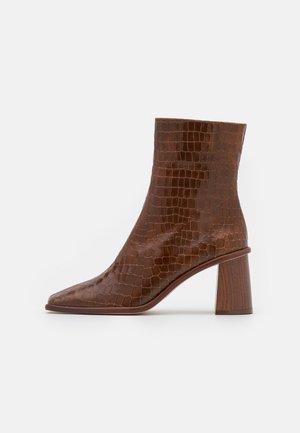 WEST CAPE  - Kotníkové boty - brown