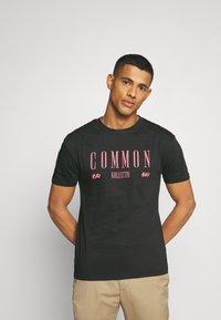 Common Kollectiv - ROSE TEE UNISEX  - Print T-shirt - washed black - 0