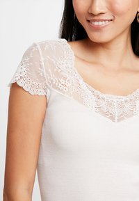 Rosemunde - SILK-MIX T-SHIRT REGULAR W/LACE - T-shirts med print - soft powder - 4