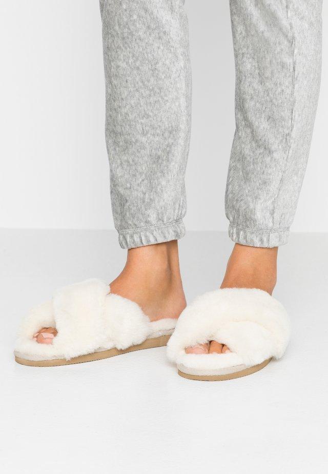 LOVISA - Slippers - creme