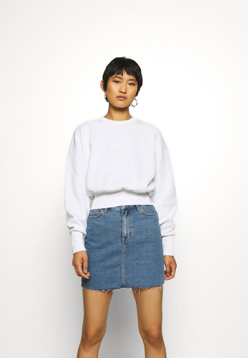 Calvin Klein Jeans - BADGE INTERLOCK - Long sleeved top - bright white
