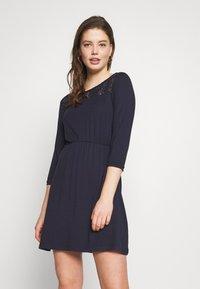 Vero Moda - VMJASMIN SHORT DRESS - Žerzejové šaty - night sky - 0