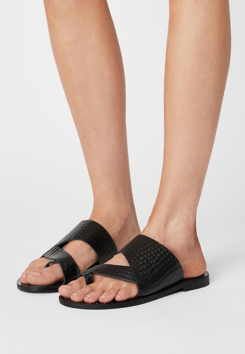 YAS - YASSEMSA FLAT  - Sandály s odděleným palcem - black
